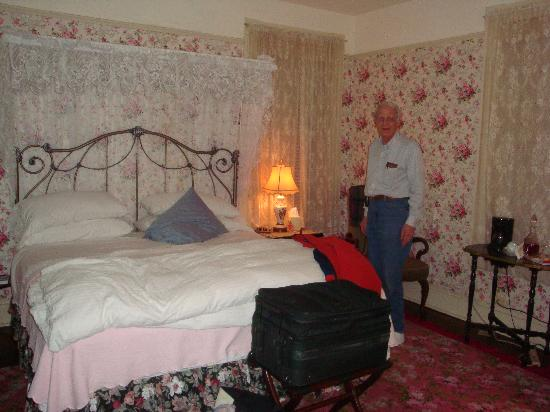 Glencoe Inn: The room was large and comfortable