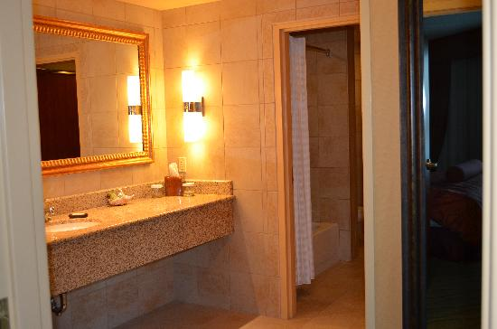 Embassy Suites by Hilton East Peoria - Hotel & RiverFront Conf Center: dressing area adjacent to bathroom