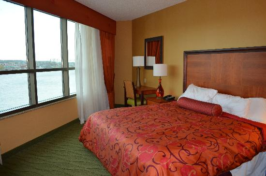 Embassy Suites by Hilton East Peoria - Hotel & RiverFront Conf Center: bedroom overlooking river/city