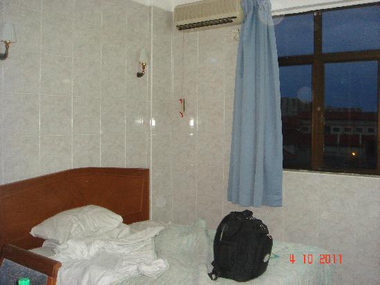 Hong Ping Hotel: bed