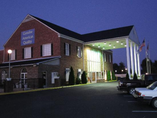 Best Western Hendersonville Inn: Das Haupthaus mit Rezeption