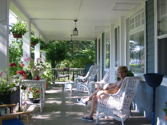 Harbor Inn: relaxing on the front porch