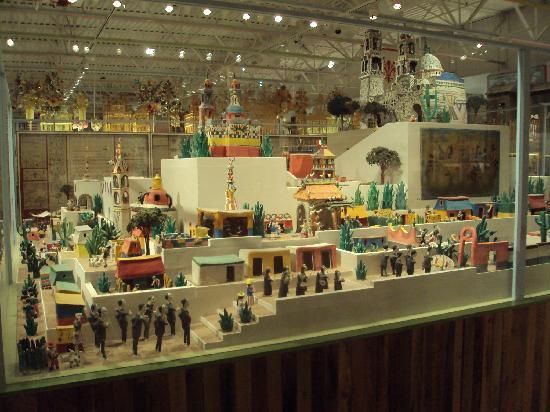 Museum of International Folk Art: miniatures