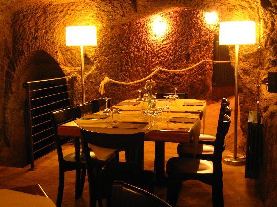Alma Civita : La sala interna in grotte di origine etrusca