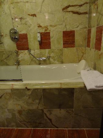 Art Deco Hotel Imperial: tub