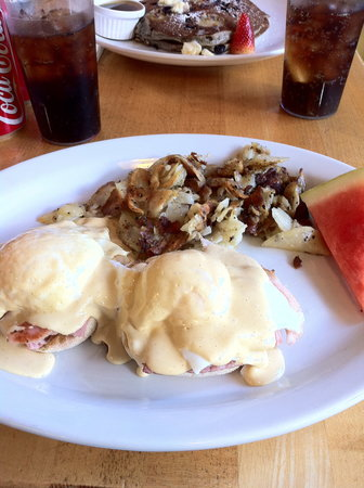 Kathleen's Doyle Street Cafe: Eggs benedict and pancakes