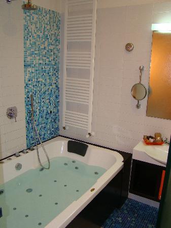 Sanlu Hotel: ванная комната номера люкс