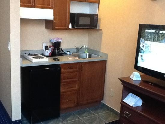 BEST WESTERN PLUS Suites Downtown: second floor standard room: kitchenette