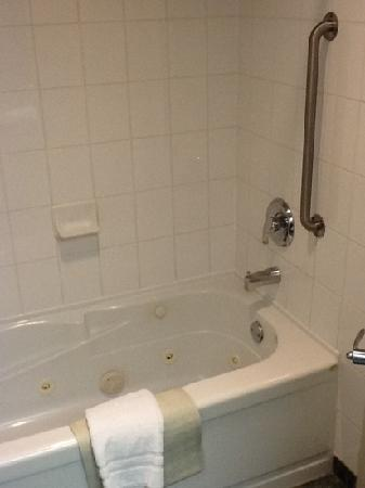 BEST WESTERN PLUS Suites Downtown: second floor standard room: jetted tub/shower