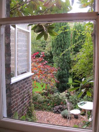 Sefton Villas B & B: View of the garden from the breakfast room