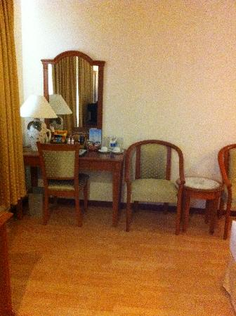 Oscar Saigon Hotel: Sitting area in the room