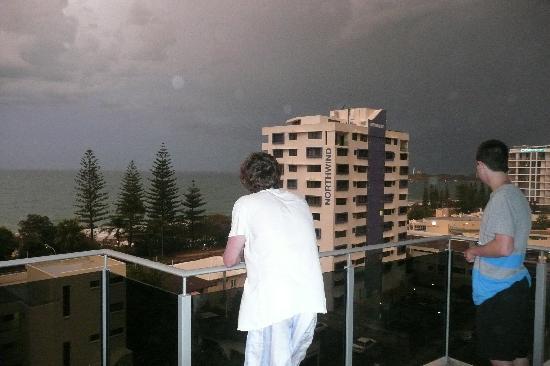 Coco Mooloolaba Apartments: Thunderstorm from level 8 Balcony