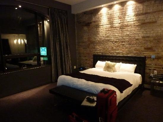 Hotel Metro: King bed.