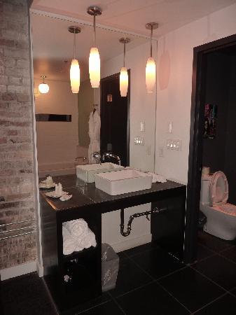 Hotel Metro: Washroom.
