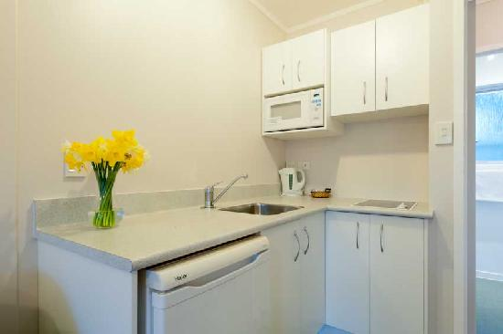 Outrigger Motel: clean, crisp kitchens