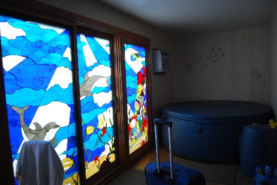Maui Guest House: IN ROOM Hot tub and stained glass doors to patio