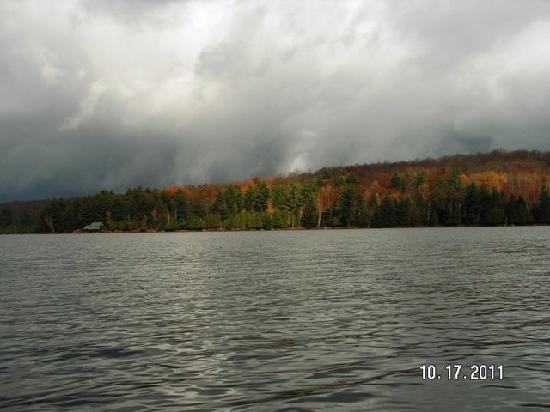 Woodland Echoes Resort: on the lake