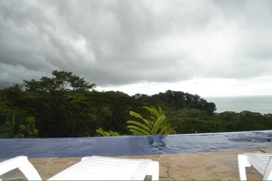 TikiVillas Rainforest Lodge : endless pool