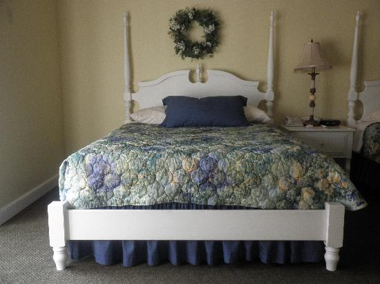 Sugarcreek, OH: Bedroom, one of two beds
