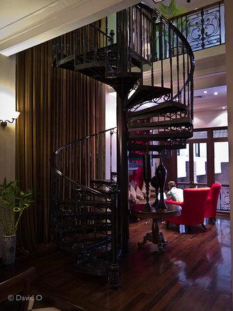 Shanghai Mansion Bangkok : Reception area staircase