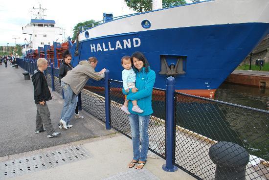 Trollhätte Kanal : einfahrendes Schiff