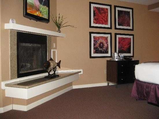 Mariposa Inn and Suites: Fireplace in bedroom