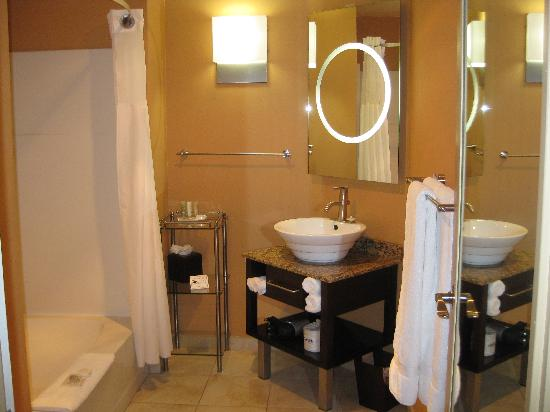 Mariposa Inn and Suites: Bathroom with auto lights