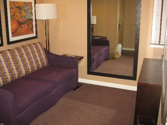 Mariposa Inn and Suites: Guest away from bedroom