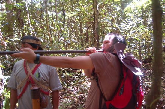 Huaorani Ecolodge: Práctica de caza en  la selva. Miguel Ortega