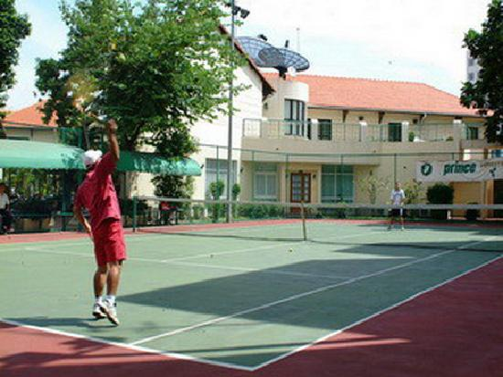 Saigon Village : tennis court