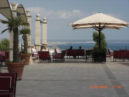 Castillo Hotel Son Vida, a Luxury Collection Hotel: Terasse mit Blick auf Palma