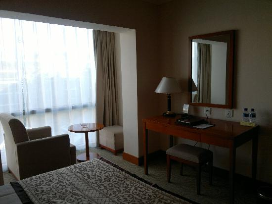 Yong An Hotel: hotel room, with workstation plus additional little table and extra chair next to window