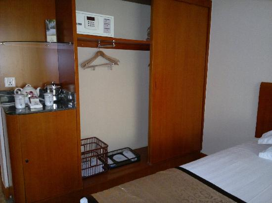 Yong An Hotel: big wardrobe with coat hangers, safety box. tea area with kettle and free tea and coffee.