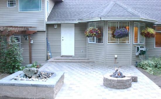 Gord's Little Acre B & B : Backyard view of Water Feature and Fireplace
