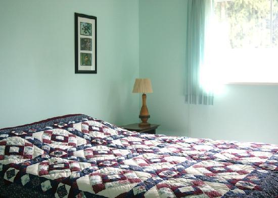 Gord's Little Acre B & B : Cheam Bedroom