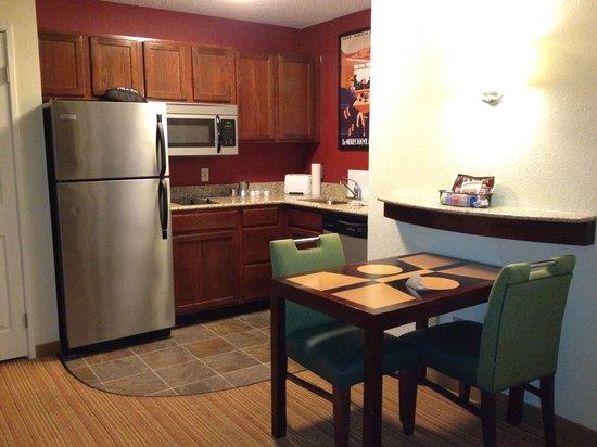 Residence Inn Tallahassee North/I-10 Capital Circle: Kitchen
