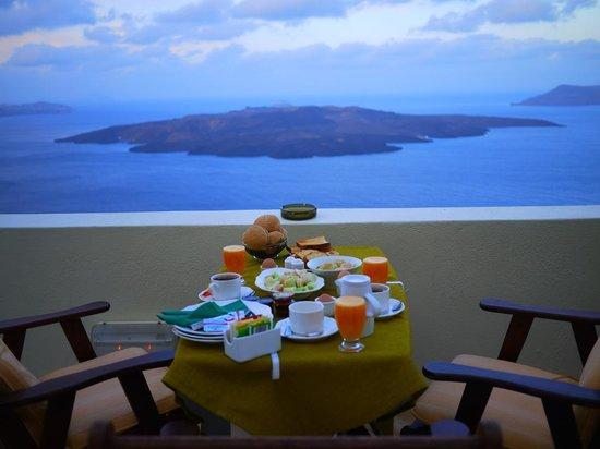 Adamis Majesty Suites : Breakfast for three overlooking the caldera and Nea Kameni