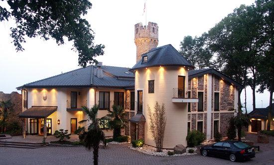 Geisenheim, Germany: Burg Schwarzenstein liegt im berühmten Weinort Johannisberg hoch über dem Rheingau