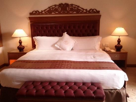 The Royale Chulan Kuala Lumpur : Huge comfy bed, pillows fantastic!