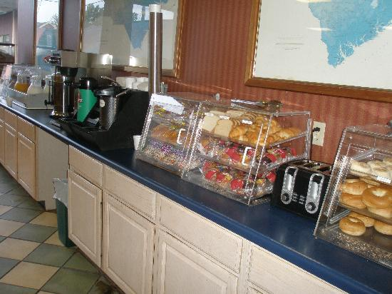 Downtown Inn & Suites: breakfast buffet