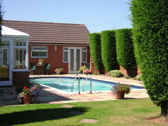 Highfield Farm Guest House: swimming pool and patio