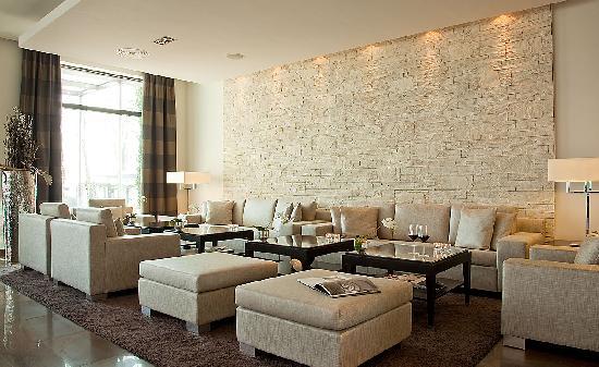 Relais & Chateaux Hotel Burg Schwarzenstein: Moderne Lobby