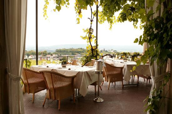 Relais & Châteaux Hotel Burg Schwarzenstein: Terrasse des Burgrestaurants