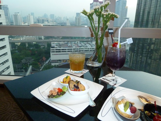 Pullman Bangkok King Power: cocktails , canapes and 20th floor views