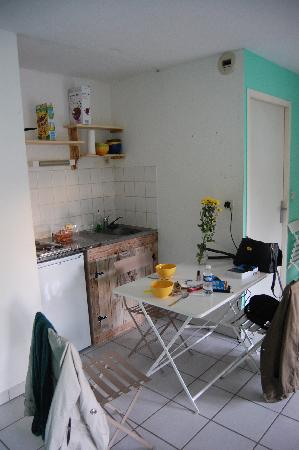 La Petite Auberge  de Saint-Sernin: kitchen area in the dorm room