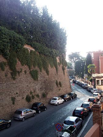 Al Colonnato di San Pietro Bed and Breakfast: View from the window - Vatican Wall