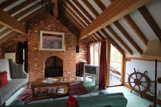Iken Barns: Estuary Barn (Sleeps 4) Living area