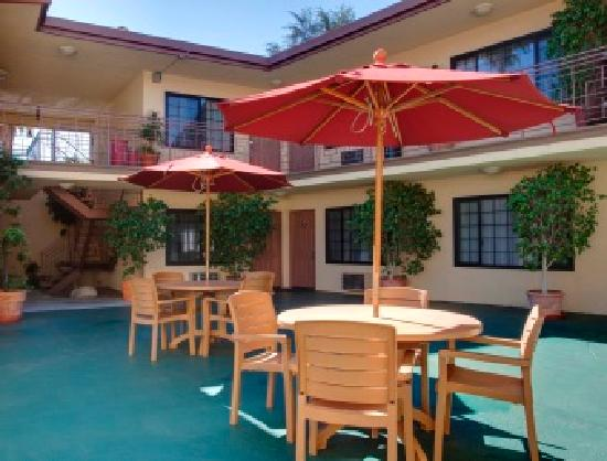 Studio City Court Yard Hotel: Courtyard