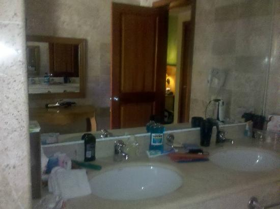 Grand Palladium Kantenah Resort and Spa : Bathroom in our room