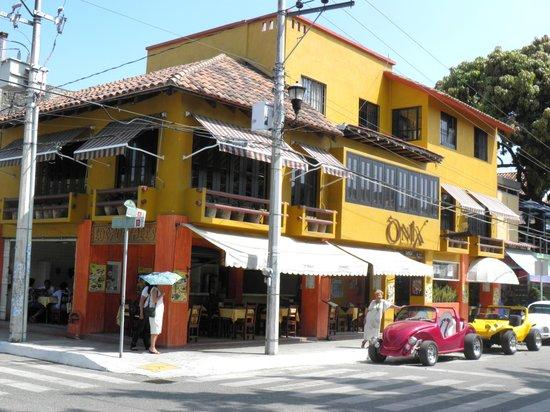 Los Portales: Localizado en la Plaza Principal de la Crucecita en el corazón de Huatulco